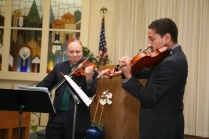 Fred Lifsitz with Myer Johnson-Potter giving a concert at congregation B'nai Emunah, May 2016. Photograph by Gabriele Lange.
