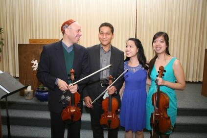 Fred Lifsitz with Jennifer and Sarah Lee and Myer Johnson-Potter at congregation B'nai Emunah, May 2016. Photograph by Gabriele Lange.